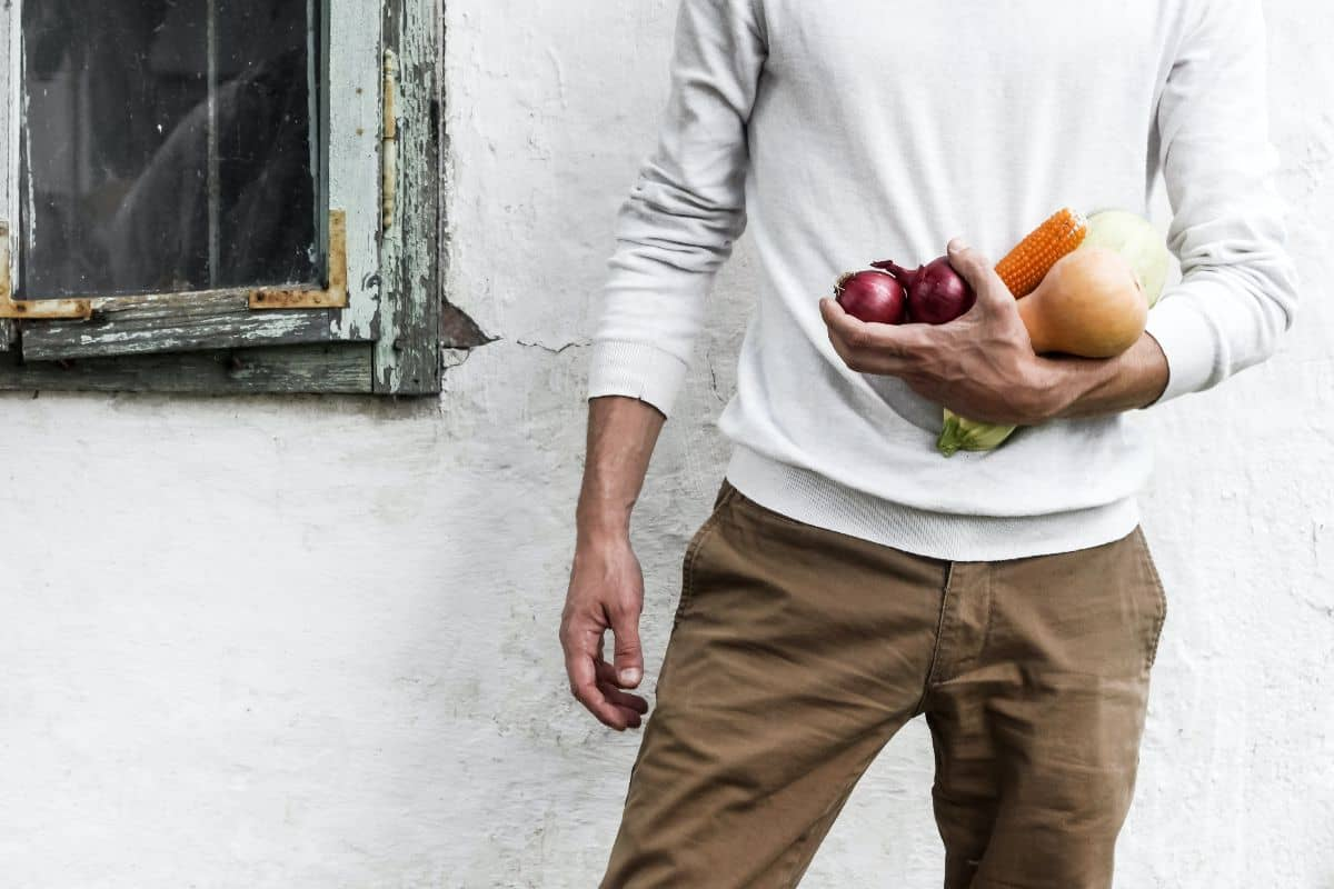 man holding vegtables for a health diet to combat diabetes